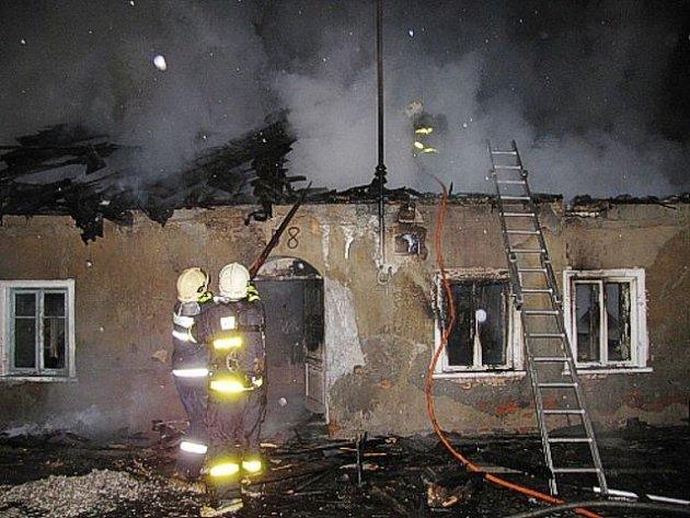 Dům romské rodiny po žhářském útoku z 18. dubna 2009. Na snímku noční zásah hasičů při požáru ve Vítkově.