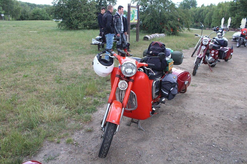 Skupina motorkářů na Jawách vyrazila na svou pět tisíc kilometrů dlouhou pouť od Stříbrného jezera v Opavě.