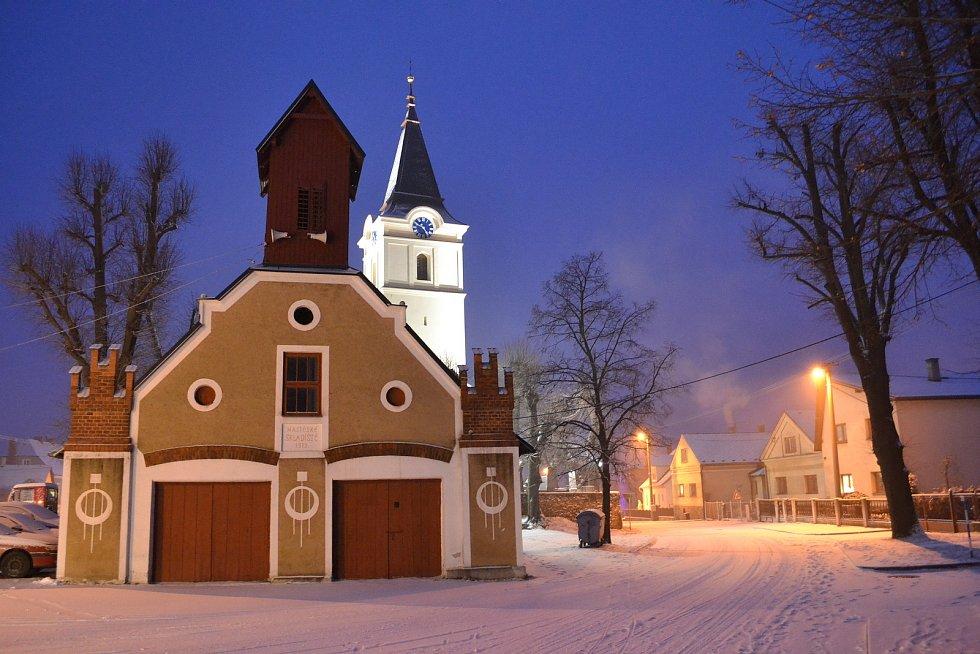 Sýpka a hasičská zbrojnice v zimě.