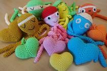 Eva Prymusová háčkuje chobotničky pro děti, ale také srdíčka pro jejich maminky.