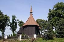 Hněvošice zdobí unikátní roubený kostel.