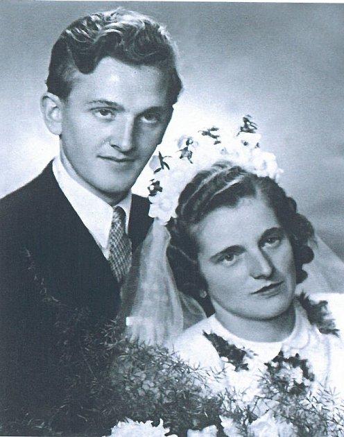 Manželé Vlasta a Josef Kolovratovi zopavské části Komárov vroce 1948.
