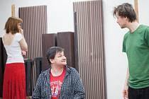 Fotografie ze zkoušky. Šárka Vykydalová (Eva), uprostřed Martin Valouch (baron) a zprava Daniel Volný (Mánek).