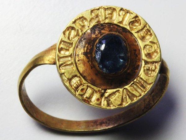 Prsten nalezený při vykopávkách vOpavě.