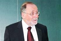 Norbert Richard Wolf, který je mimo jiné čestným doktorem Slezské univerzity.