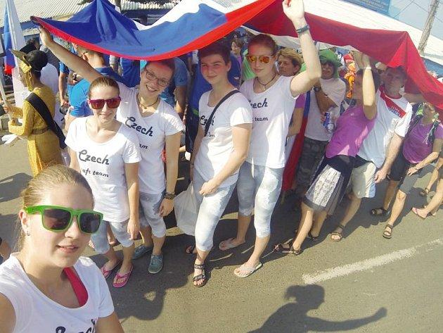 Členky českého týmu TR juniorky na světovém šampionátu v Indonésii. První zleva je Sabina Foltysová.