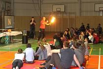 Studenti zaplnili celou sportovní halu, aby mohli sledovat vědeckou show Michaela Londesborougha. Ten se jim na různých pokusech snažil demonstrovat vědu jiným způsobem.