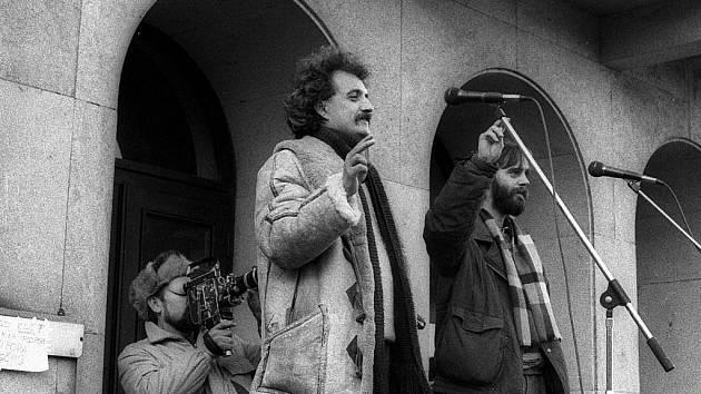 Pavel Dostál (v popředí vlevo) před budovou opavského divadla.