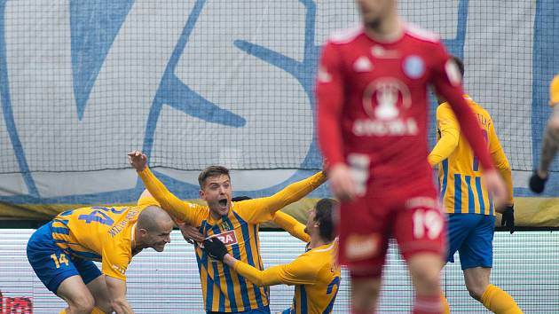 Opava - Zápas fotbalové FORTUNA:LIGY mezi SFC Opava a SK Sigma Olomouc 13. dubna 2019. Jan Schaffartzik (SFC Opava), Tomáš Jursa (SFC Opava), SFC Opava gól.
