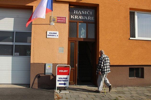 Hasičské zbrojnice na okraji Kravařích slouží ikvolbám.