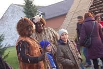 Desítky, možná stovky lidí zavítaly v neděli na vánoční jarmark do Malých Hoštic. K vidění byly nejrůznější vánoční dekorace, ubrusy, perníčky, výrobky charity či baňky. Stejně jako v loňském roce nechyběl ani Mikuláš s čertem.