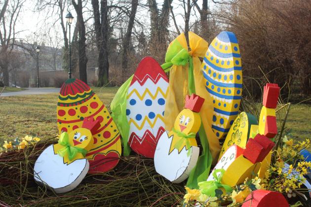 Velikonoční výzdoba na Ptačím vrchu vOpavě před tím, než ji poničili vandalové.