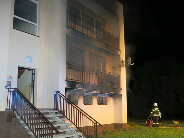 Noční požár v bytovém domě v Oticích.