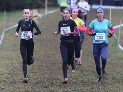 Adéla Hluchá (vpravo) si na republikovém šampionátu v přespolním běhu doběhla pro třetí místo mezi dorostenkami.