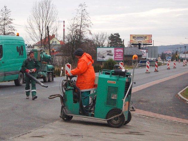 Ještě ve středu se na silnici v Komárově intenzivně pracovalo.