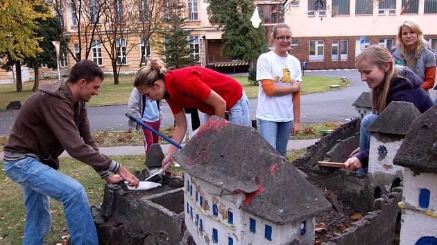 Členové Univerzitního sportovního klubu Slezské univerzity opravili o víkendu hrad před dětským oddělením v areálu Slezské nemocnice.