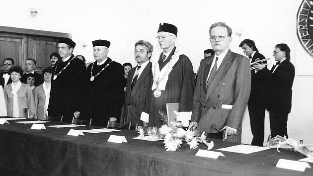 Slavnostní zahájení výuky na Filozofické fakultě v Opavě se konalo 11. října 1990. Ve Sněmovním sále minoritského kláštera mu byli přítomni její první děkan Jiří Urbanec (první zleva) a Emanuel Šustek, děkan karvinské fakulty (druhý zleva).