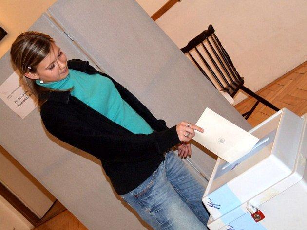 Poslední, kdo vhodil do urny svůj hlas v Jaselské ulici, byla Lucie Böhmová.