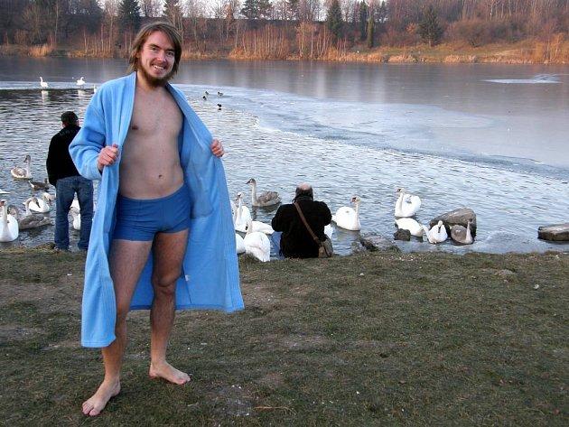 Ivo Kodousek před vstupem do chladné vody.