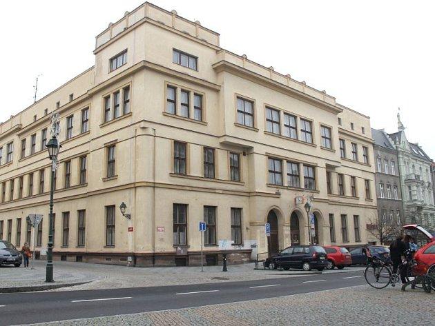 Sto dvacet sedm let sídlila na Masarykově třídě hlavní pošta. Budova vznikla přímo pro poštovní účely.