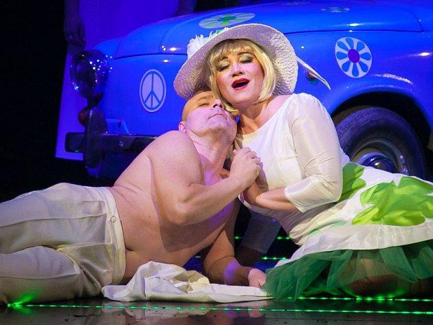 Veselá vdova (Katarína Jorda Kramolišová) přitulená k tanečníkovi (Martin Tomsa).