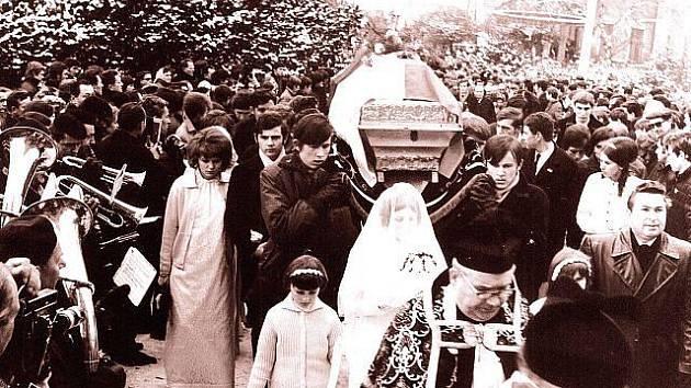 Dobová fotografie z pohřbu Jana Zajíce ve Vítkově.