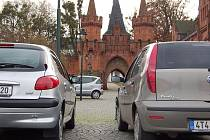 Parkování u hradeckého zámku chtějí místní změnit.