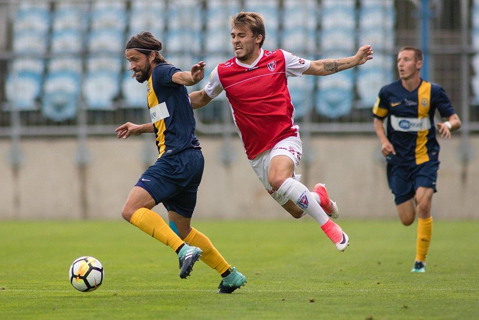Opava - Zápas 7. kola Fortuna národní ligy (FNL)  mezi SFC Opava a FK Pardubice. Pavel Zavadil - o, Tomáš Ladra - p.
