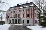 Velké Hoštice leží pět kilometrů východně od Opavy, žije zde 1843 obyvatel. Dominantami obce jsou barokní zámek a kostel sv. Jana Křtitele. Na návsi stojí zrekonstruovaná hasičská zbrojnice i barokní socha sv. Jana Nepomuckého.