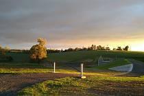 Suchá nádrž je zakomponovaná do okolní přírody.
