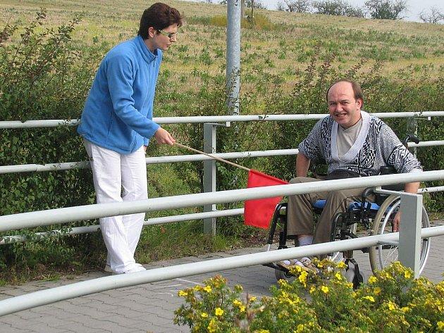 Také tělesně postižení mají v sobě sportovního ducha a rádi přijímají netradiční výzvy. Celkem devětadvacet soutěžících se v polovině minulého týdne postavilo na start závodu do vrchu na invalidních vozících s názvem ECCE HOMO Hrabyně.