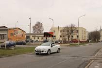 Přejezd na Bochenkově ulici, kde koleje nikam nevedou. Podle magistrátu tu prý teď slouží hlavně jako retardér zpomalující řidiče. Někteří Opavané by už ale zdejší situaci viděli rádi uzavřenu definitivně.