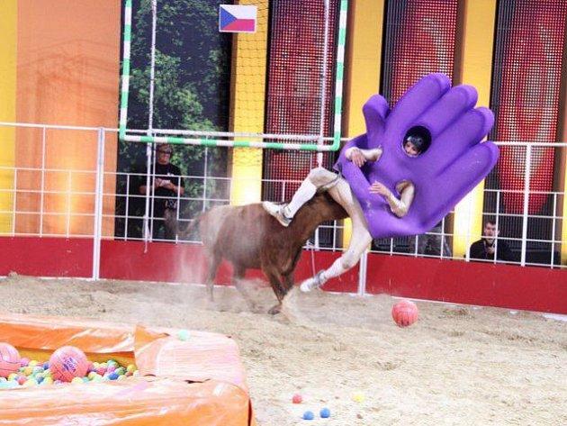 Jakub při jedné z nebezpečných disciplín, kdy ho na rohy nabral býk.