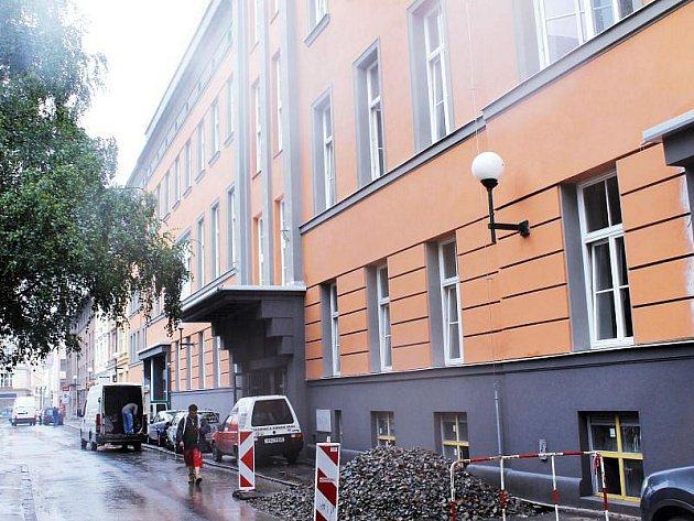 Na podzim se zde už mají stěhovat první majitelé a nájemníci, práce na rekonstrukci budovy bývalé nemocnice U Rytířů však stále pokračují.