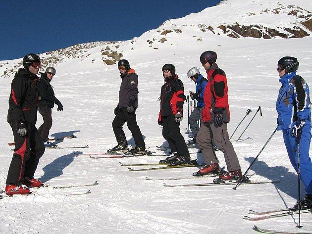 Na přelomu října a listopadu zamířila skupina opavských lyžařských instruktorů agentury Sportovníkurzy.cz a celkem asi stovka lyžování chtivých do Rakouska.