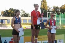 Stříbrná medailistka opavského Sokola, tyčkařka Petra Kozelková (vlevo) na stupni vítězů s Anetou Moryskovou z USK Praha (uprostřed) a Michaelou Noskovou z AC Pardubice. (vpravo).
