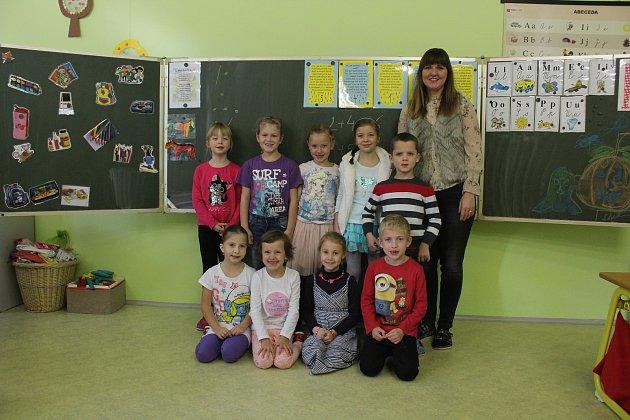 Na fotografii jsou žáci ze Základní školy a Mateřské školy Hrabyně, 1.třída.