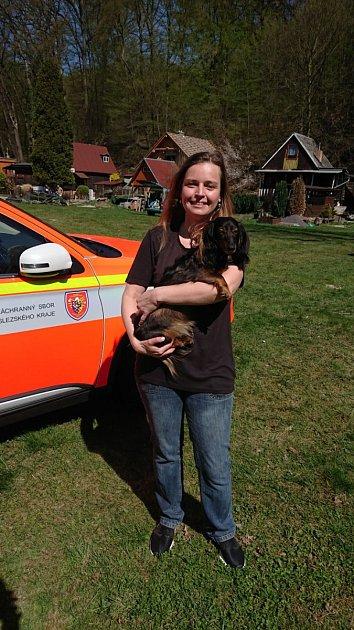 Jezevčice Sára zachráněná hasiči.