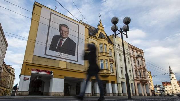 Kontroverzní opavský podnikatel Radim Masný nechal na svém domě v centru Opavy vyvěsit obří portrét Miloše Zemana. Chce tak prezidenta podpořit.