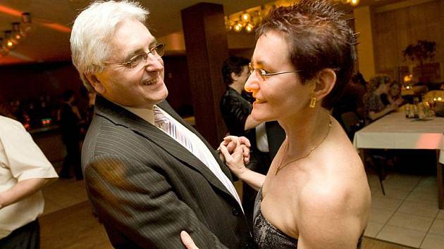 Ladislav Kreisel se svou partnerkou na plese sportovců v hotelu Koruna.