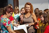 Herečka Simona Stašová udělala svou návštěvou opavské Charity radost všem přítomným.