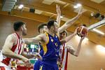 Basketbalové utkání Kooperativy NBL mezi BK JIP Pardubice (v bíločerném) a BK Opava (v modrožlutém) v pardubické hale na Dašické.