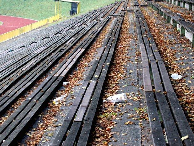 Tyršův stadion v Opavě chvílemi připomíná smetiště.