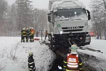 Kamion v Březové blokoval silnici více než tři hodiny.