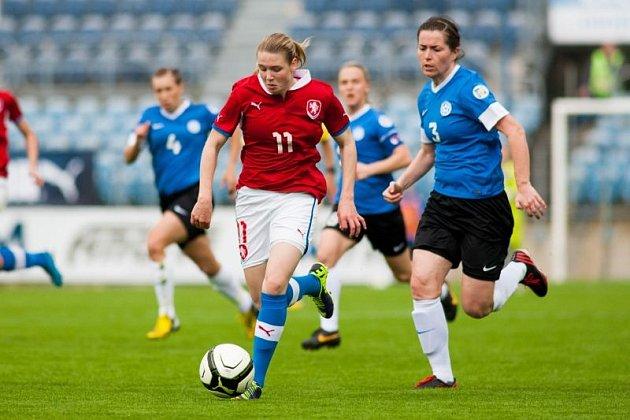 Tereza Krejčiříková (v červeném drese, č.11)