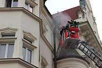 Mraky kouře a zaměstnanci opavského magistrátu před svým pracovištěm. Tak to vypadalo v úterý v devět hodin ráno v centru města u Hlásky.