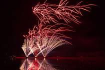 Nový rok přivítali v Hlučíně největším ohňostrojem v kraji. V režii firmy Tarra pyrotechnik se nebe nad Hlučínskou štěrkovnou rozzářilo gejzírem světel.