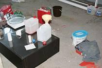 Na stopě nelegální vyroby a následné distribuce pervitinu byla pětice opavských kriminalistů TOXI týmu už od února. Kriminalisté postupně zadrželi pětici mužů ve věku od dvaceti do třiceti let z Opavska a Ostravy. Jednoho z nich přímo při výrobě drogy.