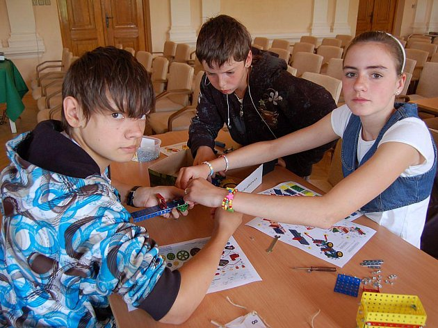 Soutěž ve skládání Merkuru se ve středu konala na Střední škole průmyslové a umělecké v Opavě.