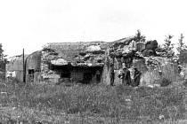 Historická fotografie Finanční budky z knihy Pohraniční opevnění na Opavsku a Bruntálsku. Dnes je již bunkr celý pokrytý vegetací.